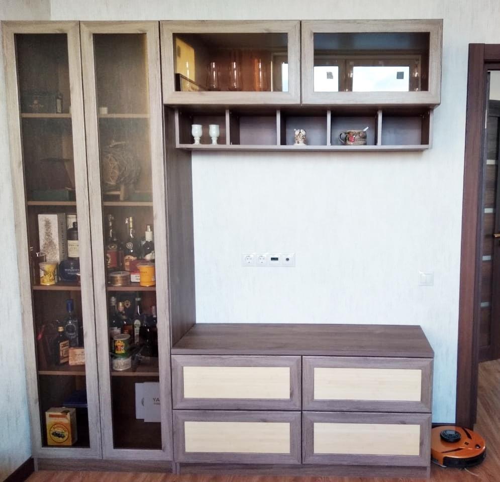 Шкаф со стеклянными распашными дверьми